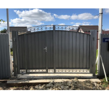 Металлические распашные ворота.